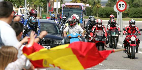 Banderas de España y aplausos para recibir a los moteros.  Foto: Pascual