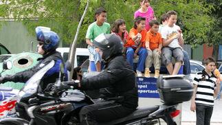 Jóvenes aficionados a las dos ruedas animan a los moteros a su llegada a la ciudad.  Foto: Pascual