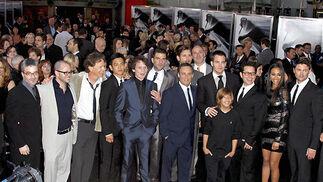 El equipo y el reparto de 'Star Trek', capitaneados por J. J. Abrams, posan en la presentación del filme en el Teatro Chino de Hollywood.  Foto: Reuters / AFP Photo / EFE