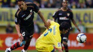 Adriano cae al suelo ante una falta de Capdevila.  Foto: LOF, EFE