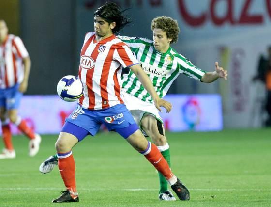 Cañas y Banega disputan un valón dividido.  Foto: Antonio Pizarro
