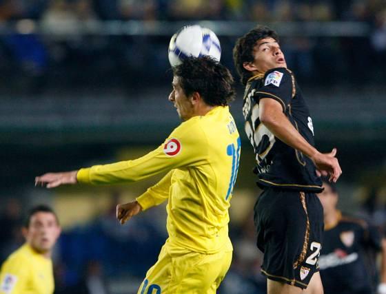 Cani lucha por la pelota aérea con el centrocampista argentino Perotti.  Foto: LOF, EFE