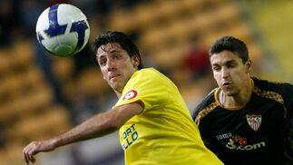 Capdevila y Jesús Navas luchan por conseguir el balón.  Foto: LOF, EFE