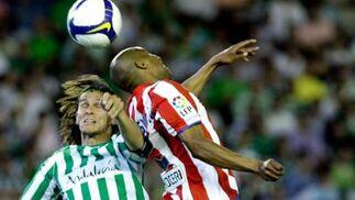 Capi y Assunçao disputan un balón aéreo.  Foto: Antonio Pizarro