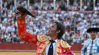 Capote en mano, Padilla se refrigera en un momento de la corrida.  Foto: Juan Carlos Muñoz
