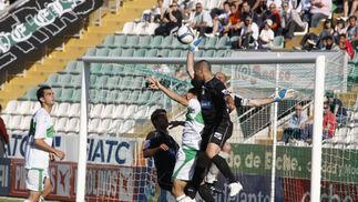 Chema salta para despejar la pelota ante la presión ilicitana.  Foto: L.O.F.