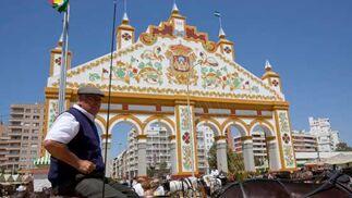 Coches de caballo con la portada al fondo.  Foto: José Ángel García