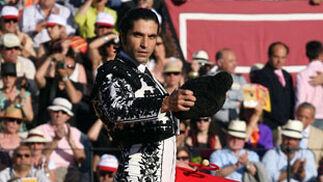 Conde saluda al público de la Maestranza.  Foto: Juan Carlos Muñoz