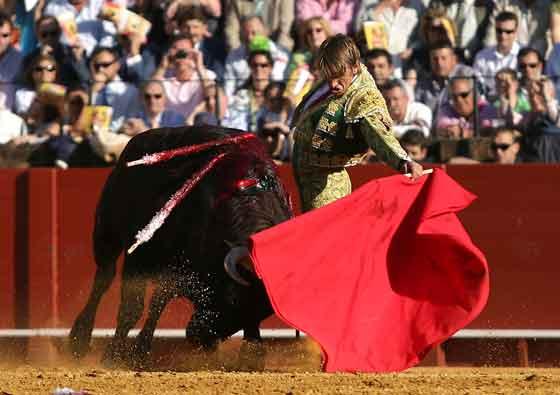 El Cordobés, suave a la siniestra con la muleta.  Foto: Juan Carlos Muñoz