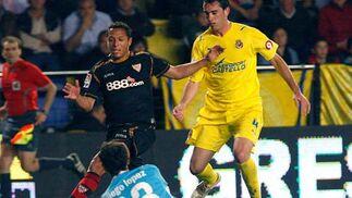 Diego López atrapa el disparo del delantero Luis Fabiano.  Foto: LOF, EFE