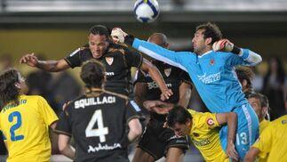 Diego López intenta evitar la entrada del balón tirado por Luis Fabiano.  Foto: LOF, EFE