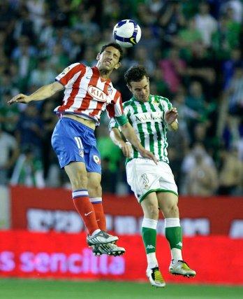 Fernando Vega salta con Maxi por un balón.  Foto: Antonio Pizarro