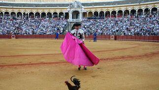 "El Fundi ""torea"" a una invitada sorpresa: una gallina.  Foto: Juan Carlos Muñoz"