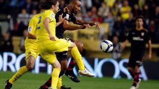 Gonzalo empuja a Kanoute para atrapar el balón.  Foto: LOF, EFE