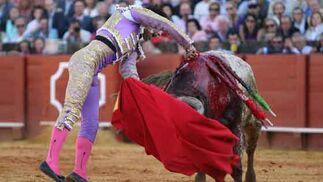 Javier Valverde ejecutó muy bien a la suerte suprema en el tercer toro.  Foto: Juan Carlos Muñoz