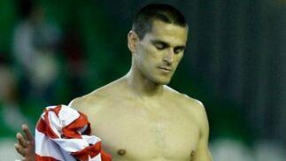 Juanito abandona el césped con una camiseta del Atlético en la mano, que intercambió con la suya de Betis.  Foto: Antonio Pizarro