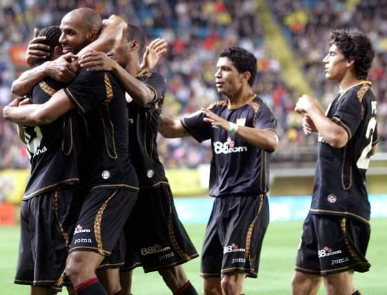 Kanoute se abraza a Luis Fabiano tras la consecución del 0-1, pergeñado entre los dos atacantes sevillistas.  Foto: LOF, EFE