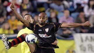 Kanouté recibe el balón ante el centrocampista uruguayo Eguren durante el partido.  Foto: LOF, EFE