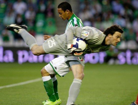 Leo Franco agarra el balón con fuerza ante la mirada de Oliveira.  Foto: Antonio Pizarro