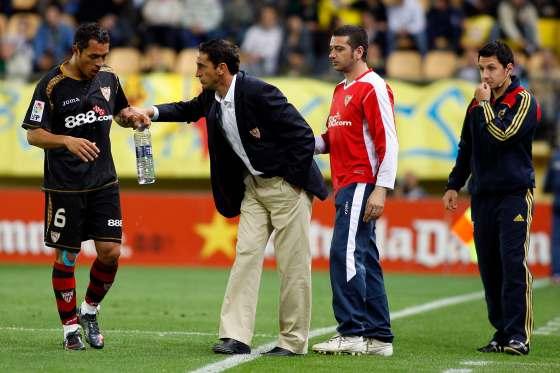 Manolo Jiménez habla con Adriano en un momento del partido.  Foto: LOF, EFE
