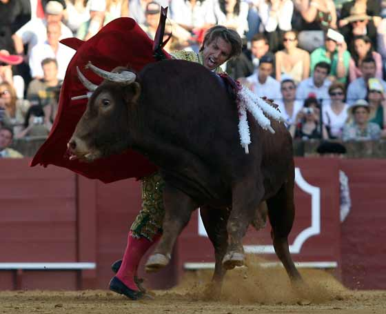 Muletazo con la diestra de El Cordobés.  Foto: Juan Carlos Muñoz