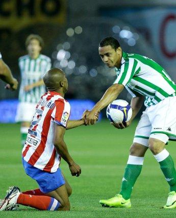 Oliveira ayuda a Assunçao a levantarse tras realizar una jugada que lo tiró al suelo.  Foto: Antonio Pizarro