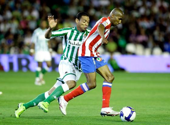 Oliveira trata de arrebatarle el esférico a Assunçao.   Foto: Antonio Pizarro