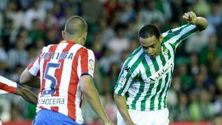 Oliveira realiza una jugada ante la mirada de su rival Keitinga.  Foto: Antonio Pizarro