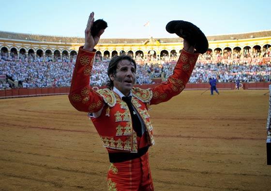 Padilla brinda al público el trofeo arrancado.  Foto: Juan Carlos Muñoz