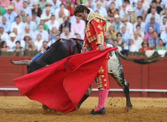Padilla, tras un estatuario a uno de los astados.  Foto: Juan Carlos Muñoz