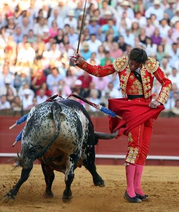 Padilla se exhibe tras una genial chicuelina a uno de los astados.  Foto: Juan Carlos Muñoz