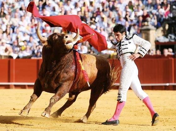 Pase de pecho de Salvador Vega ante su segundo toro de la tarde.  Foto: Juan Carlos Muñoz