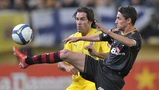 Pires observa atentamente a Jesús Navas y su juego con el balón.  Foto: LOF, EFE