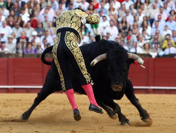 Primeras banderillas de Ferrera a su segundo toro.  Foto: Juan Carlos Muñoz
