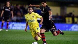 Renato se dispone a disparar la pelota ante la mirada de su rival.  Foto: LOF, EFE