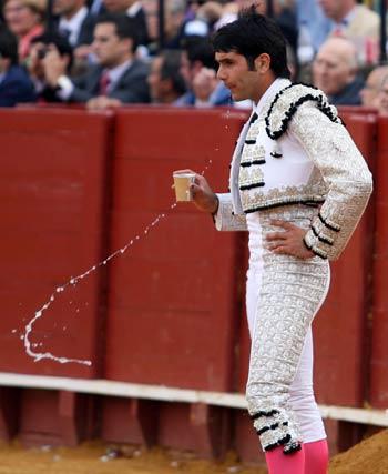 Salvador Vega se refresca.  Foto: Juan Carlos Muñoz