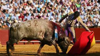 Valverde, muleta a la izquierda al astado número '32'.  Foto: Juan Carlos Muñoz