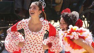 Varias flamencas se divierten en la Feria.  Foto: José Ángel García