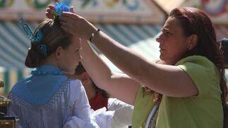 Una madre coloca la flor sobre la cabeza de su hija.  Foto: José Ángel García