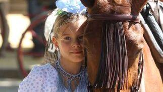 El caballo se convierte en el mejor amigo del niño en la Feria.  Foto: José Ángel García
