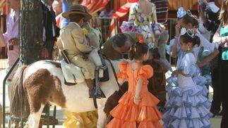Un grupo de amigos se divierten con los ponis.  Foto: José Ángel García