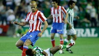 Los jugadores del Betis tuvieron que soportar las críticas de la afición.  Foto: Antonio Pizarro