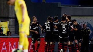 Los jugadores del Sevilla celebran uno de los goles de partido.  Foto: LOF, EFE