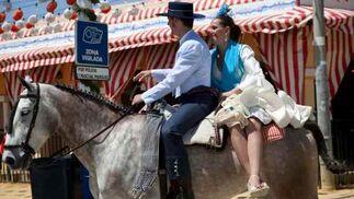 Una pareja visita el real montada a caballo.  Foto: José Ángel García