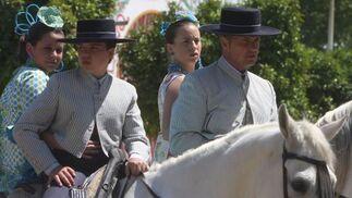 Dos parejas durante el paseo de caballo.  Foto: José Ángel García