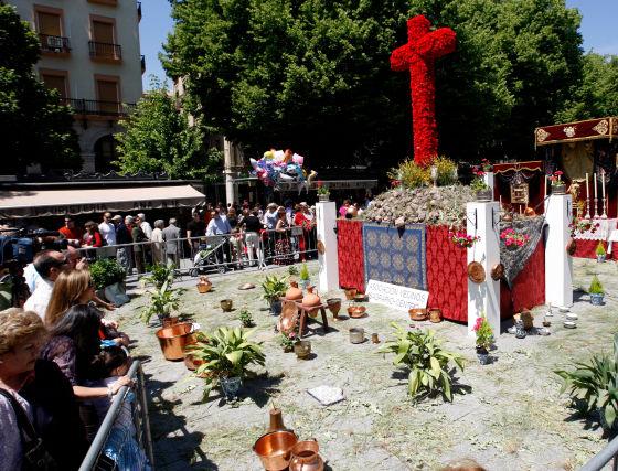 El ambiente festivo, acompañado del buen tiempo, permitieron a los visitantes disfrutar de las 53 cruces que participaron en el concurso oficial.  Foto: Pepe Villoslada