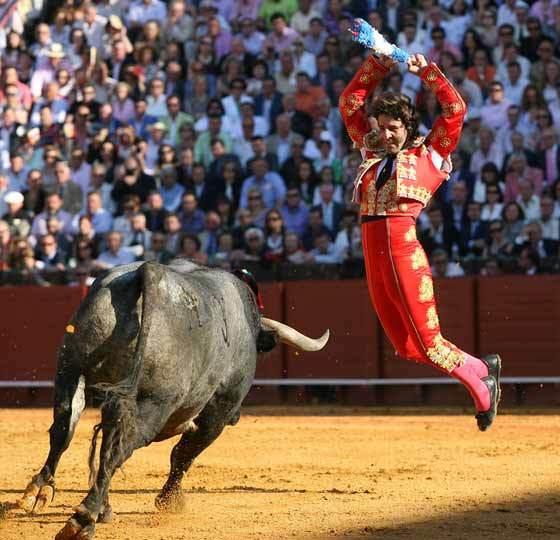Padilla se dispone a clavar un par a uno de los astados.  Foto: Juan Carlos Muñoz