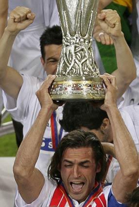2005: Javi Navarro alza la primera Copa de la UEFA del Sevilla.  Foto: Michael Kooren (Reuters)