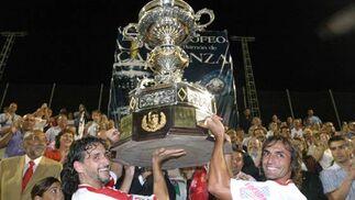 Trofeo Carranza. Partido Sevilla F.C. - Valencia. Pablo Alfaro (a la izquierda) y Javi Navarro con el trofeo en lo alto.  Foto: José Braza