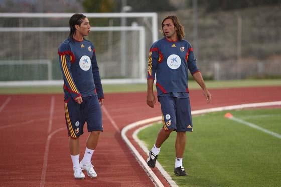 Entrenamiento de la selección española de fútbol. En la imagen, Javi Navarro, jugador del Sevilla F.C., junto a Sergio Ramos (a la izquierda), jugador del Real Madrid.   Foto: ARS